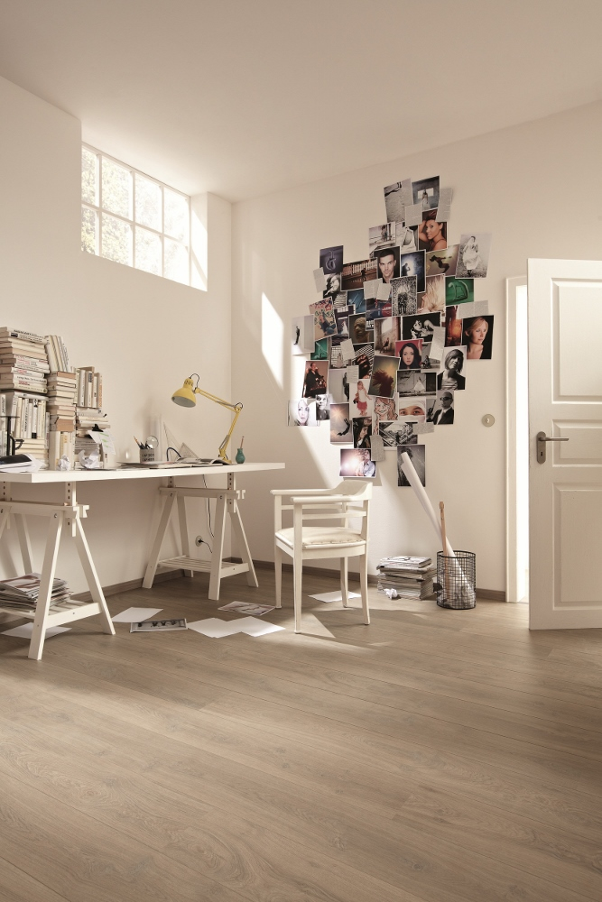 Werkkamer met laminaatvloer via Meister