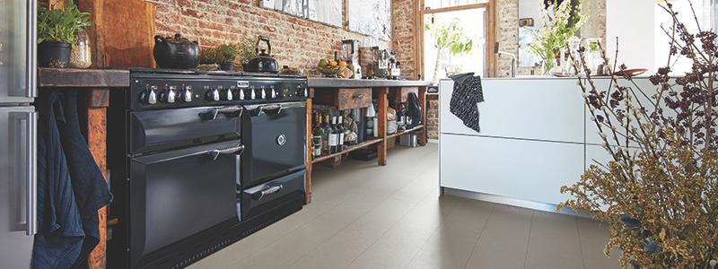 Interieurinspiratie. Keuken met linoleumvloer. Mooie natuurvloer van Meister: linoleum Puro #vloeren #linoleumvloer #natuurvloer #vloer #interieur #interieurinspiratie #keukeninspiratie
