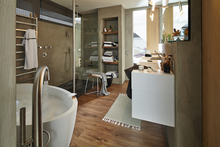 Laminaatvloer in de badkamer. Vloer met houtlook in de badkamer via Meister #badkamerinspiratie #badkamervloer #laminaat #laminaatvloer #meister