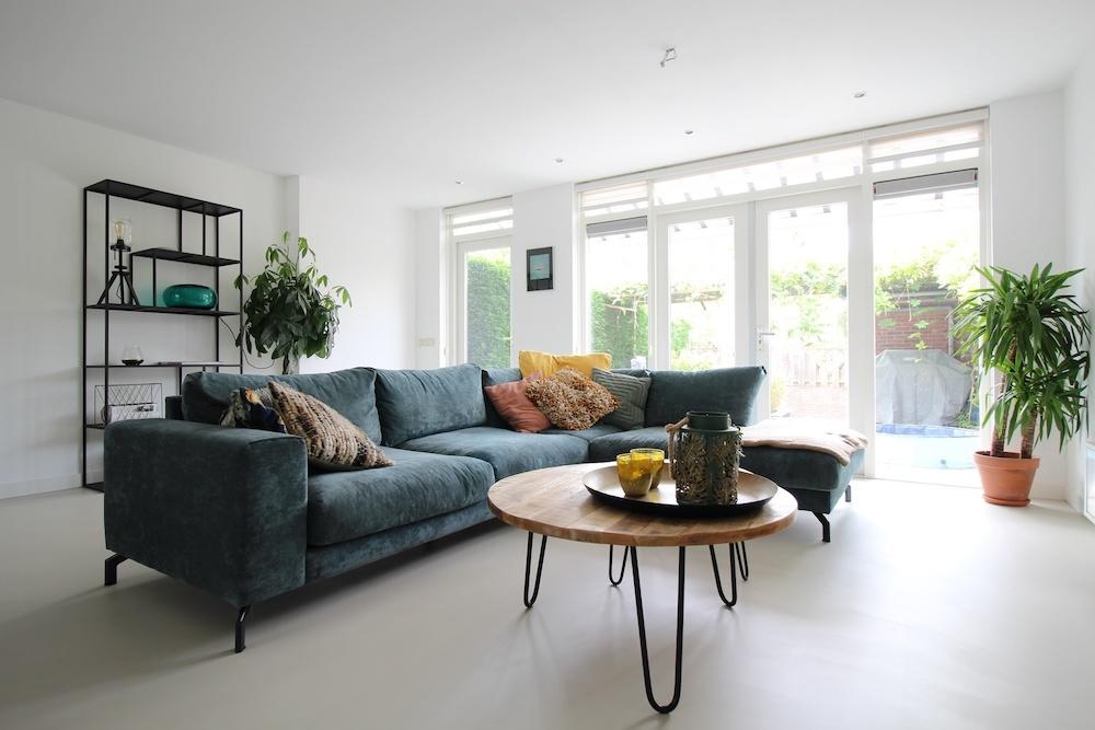 Gietvloer in het interieur. PU-gietvloer van Motionvloer in de woonkamer #gietvloer #motionvloer