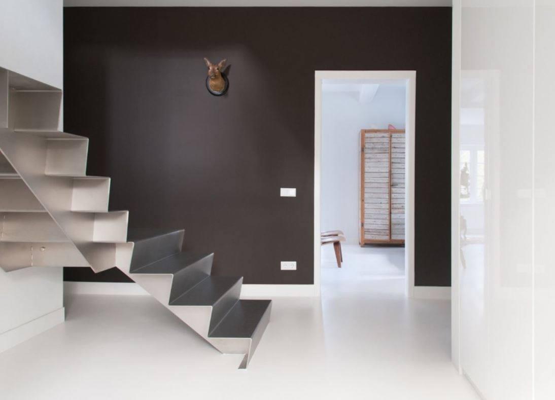 Hal met naadloze witte gietvloer van Motionvloer #interieur #wit #vloer