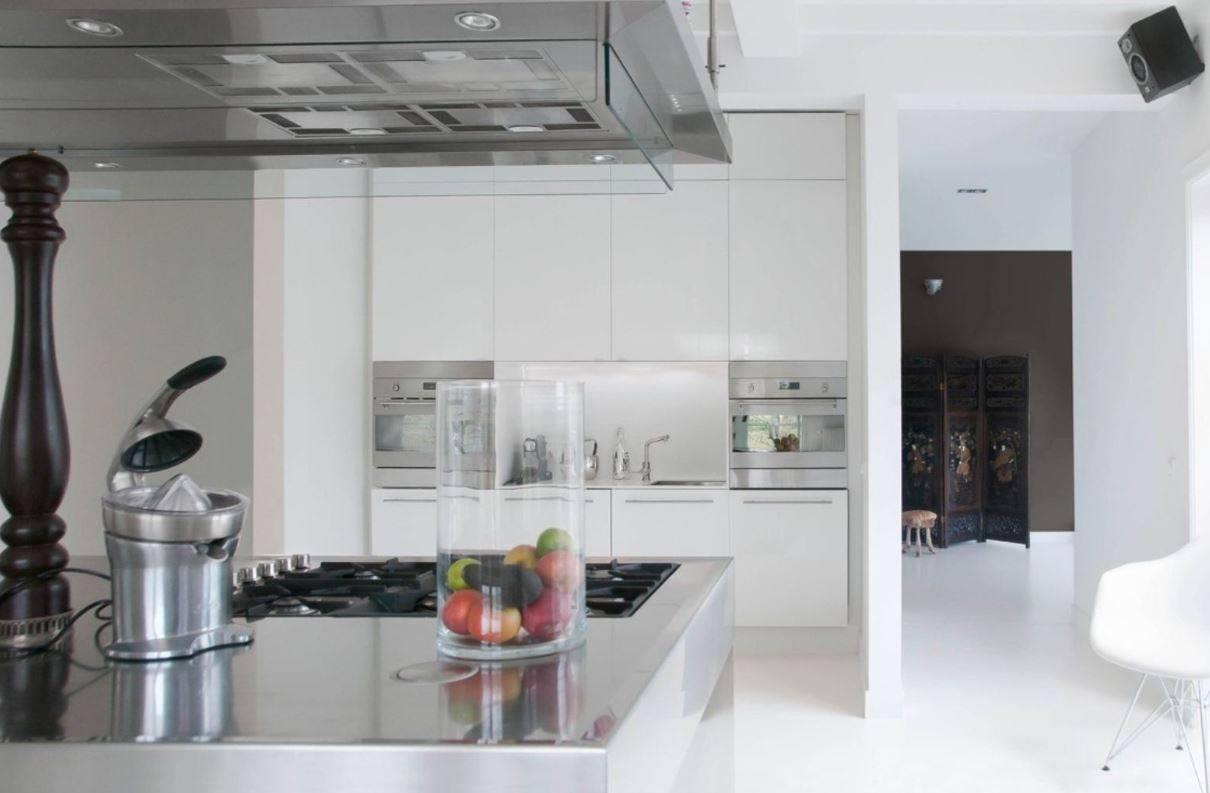 Designkeuken met kookeiland en naadloze witte gietvloer van Motionvloer #interieur #wit #vloer