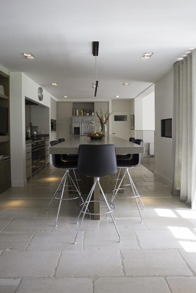 Keuken met vloer van natuursteen. Kalksteen tegels in een lichte kleur via Nibo stone