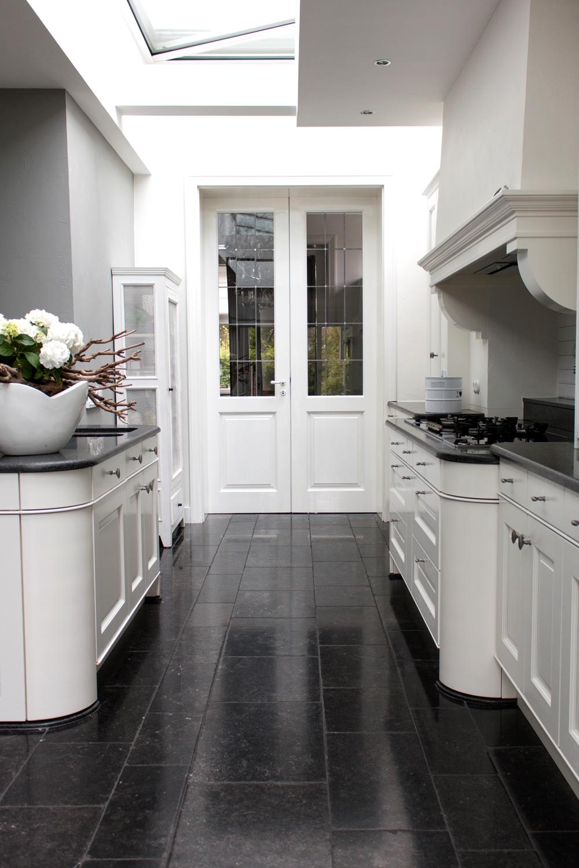 Keuken met vloer van natuursteen - hardstenen tegels via Nibo Stone