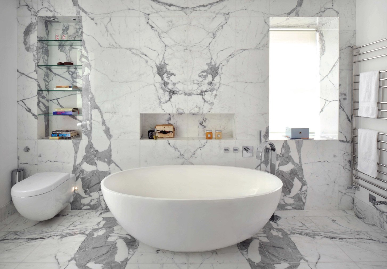Badkamer met marmer op de vloer en de wand - Nibo Stone