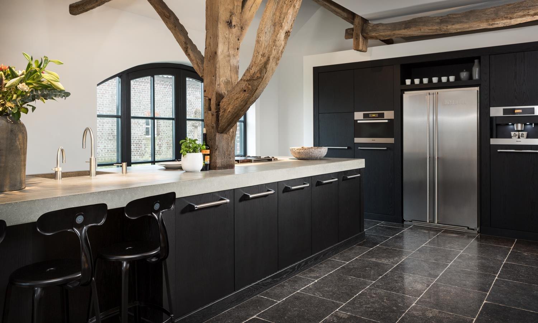Keuken met vloer van natuursteen. Hardsteen tegels via Nibo Stone