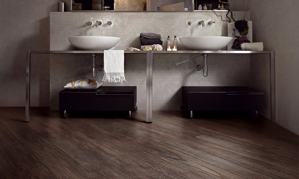 Houtlook in de badkamer met keramische vloertegels met houtlook van Nibo Stone #hout #badkamer