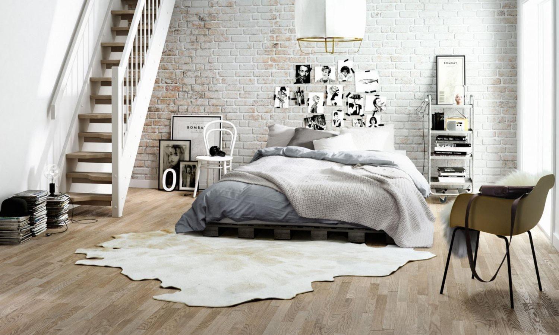 Slaapkemaer met keramisch parket van Nibo Stone: keramische tegels met houtlook #vloer #keramischparket #tegels #houtenvloer #houtlook #slaapkamer #nibostone