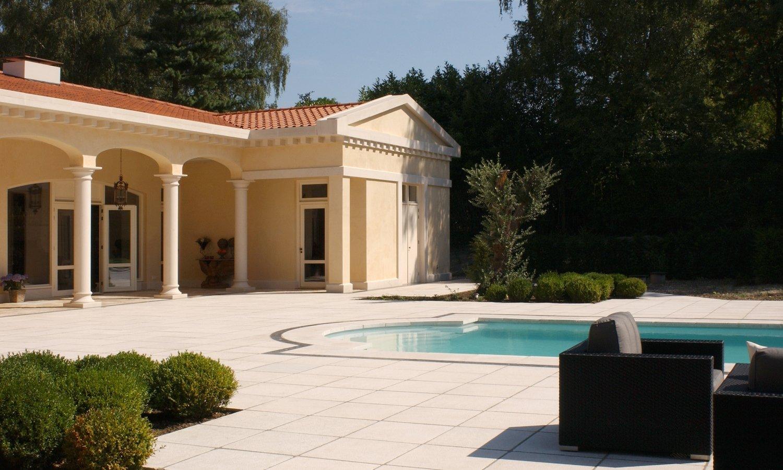 Binnen wordt buiten met de keramische terrastegels van Nibo Stone #tuin #tegels #terras #terrastegels #nibostone #zwembad