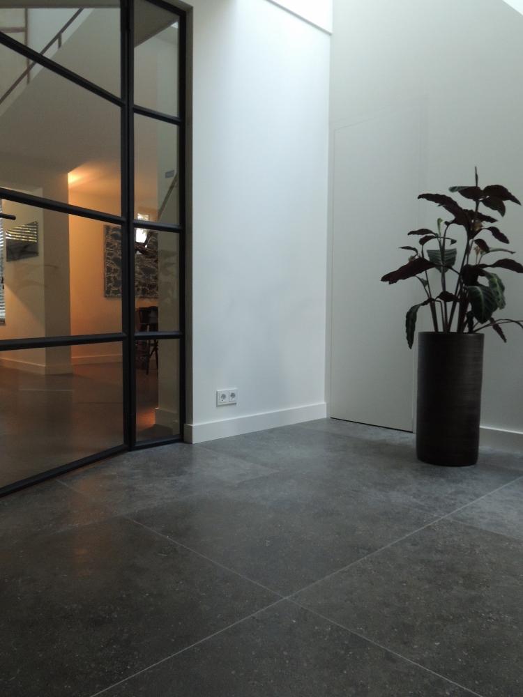 Hal met natuurstenen vloer - Nieuwenhuizen natuursteen