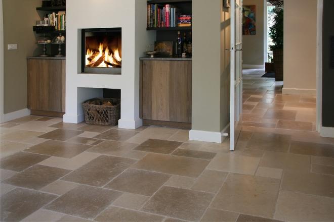 Haard en vloer van natuursteen via Nieuwenhuizen natuursteen