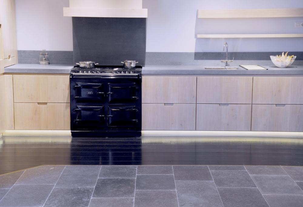 Houten keuken met AGA fornuis en natuursteen vloer - Olifant vloer via Norvold Natuursteen
