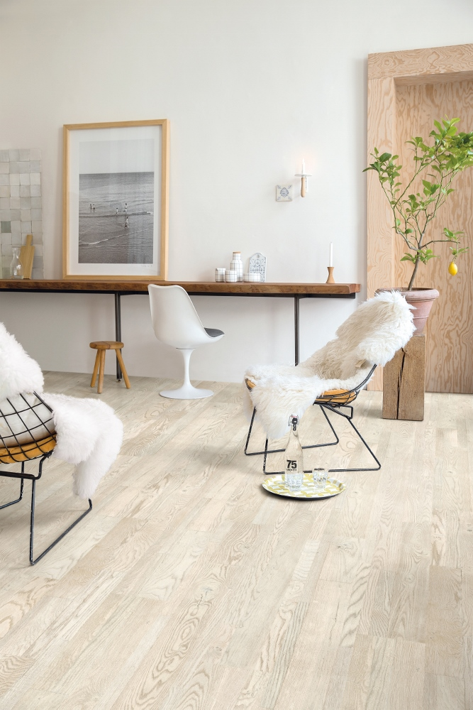 Interieur met Scandinavische look met als basis lichte parketvloer Variano eik geverfd wit geolied van Quick-Step