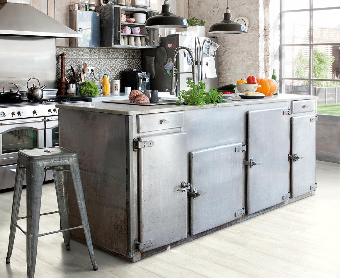 Keuken met vinyl vloer met houtlook Artisanale Planken Grijs - reclaimed dessin. Quick-Step Livyn collectie Balance