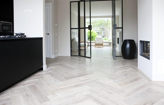 Houten visgraat vloer in Piet Boon interieur  Uipkes vloeren