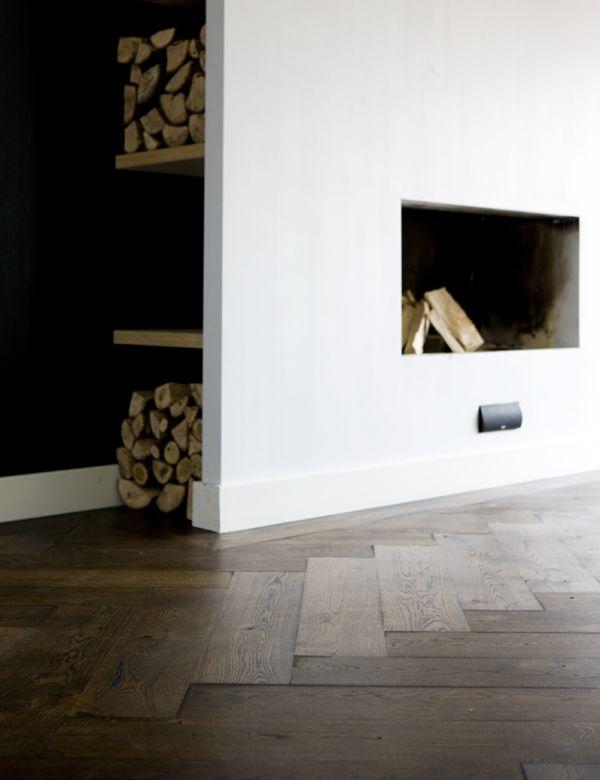 Uipkes houten vloer bij haard. Visgraat vloer zwart geolied