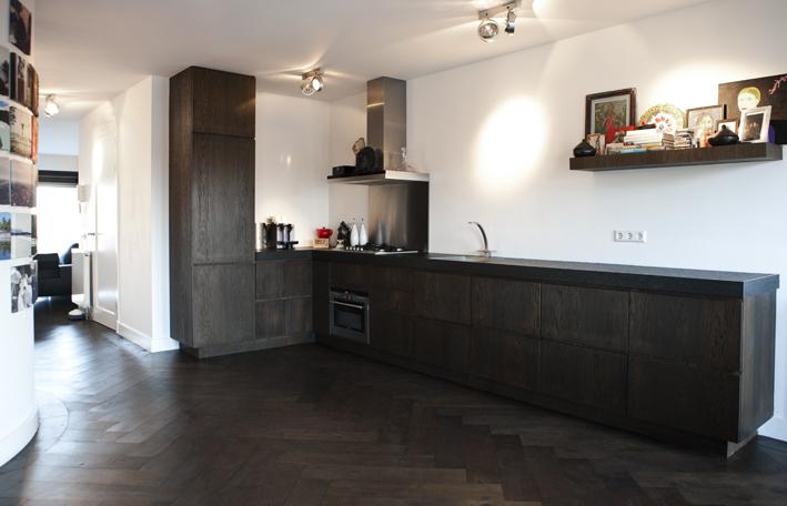 Donkere Keuken Vloer : houten visgraat vloer in de keuken via Uipkes vloeren