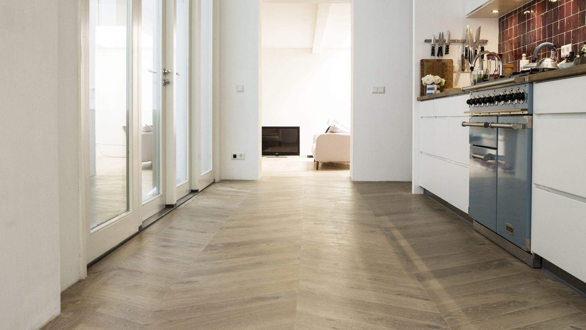 Witte Houten Vloer In Keuken : Houten vloer hongaarse punt in keuken ...