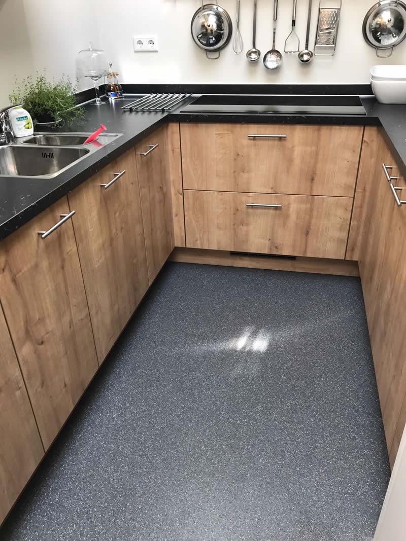Houten keuken met Unica troffelvloer: een robuuste, slijtvaste en onderhoudsvriendelijke vloer. Ook voor natte ruimtes! #troffelvloer #unica #keukenvloer #keuken