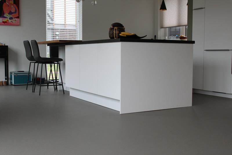 Woonkeuken met Unica troffelvloer: een robuuste, slijtvaste en onderhoudsvriendelijke vloer. Ook voor natte ruimtes! #troffelvloer #unica #keukenvloer #keuken