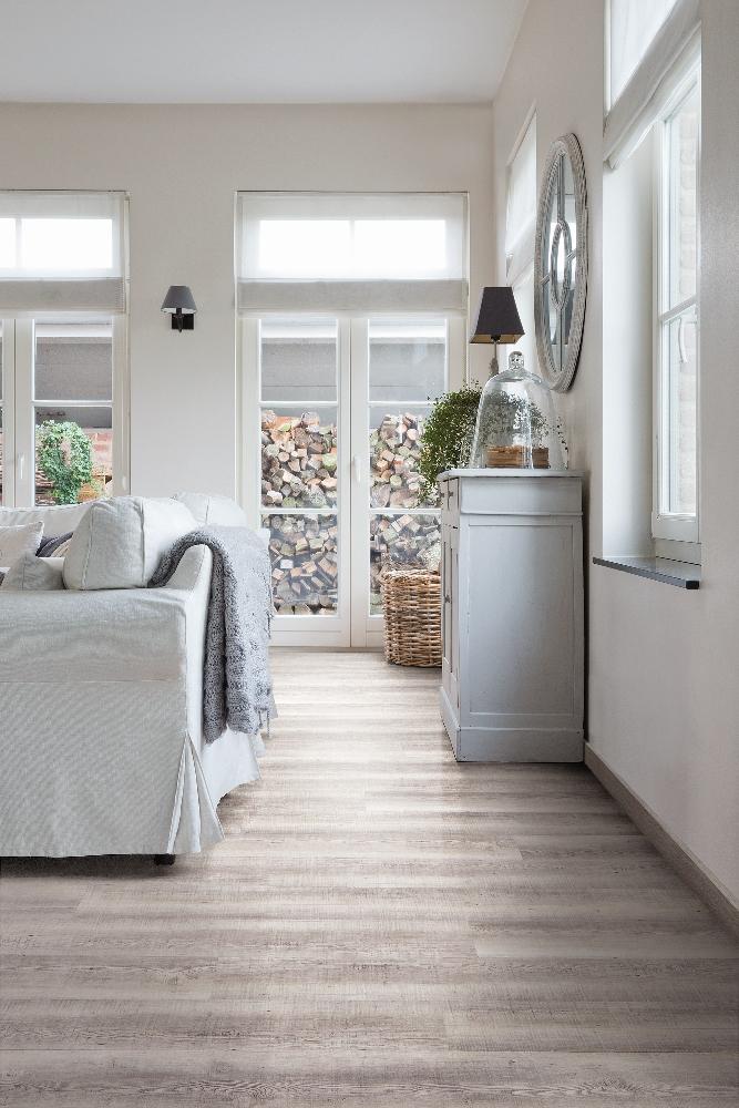 Woonkamer met vinyl vloer met houtlook reclaimed grey oak - Viligno # ...