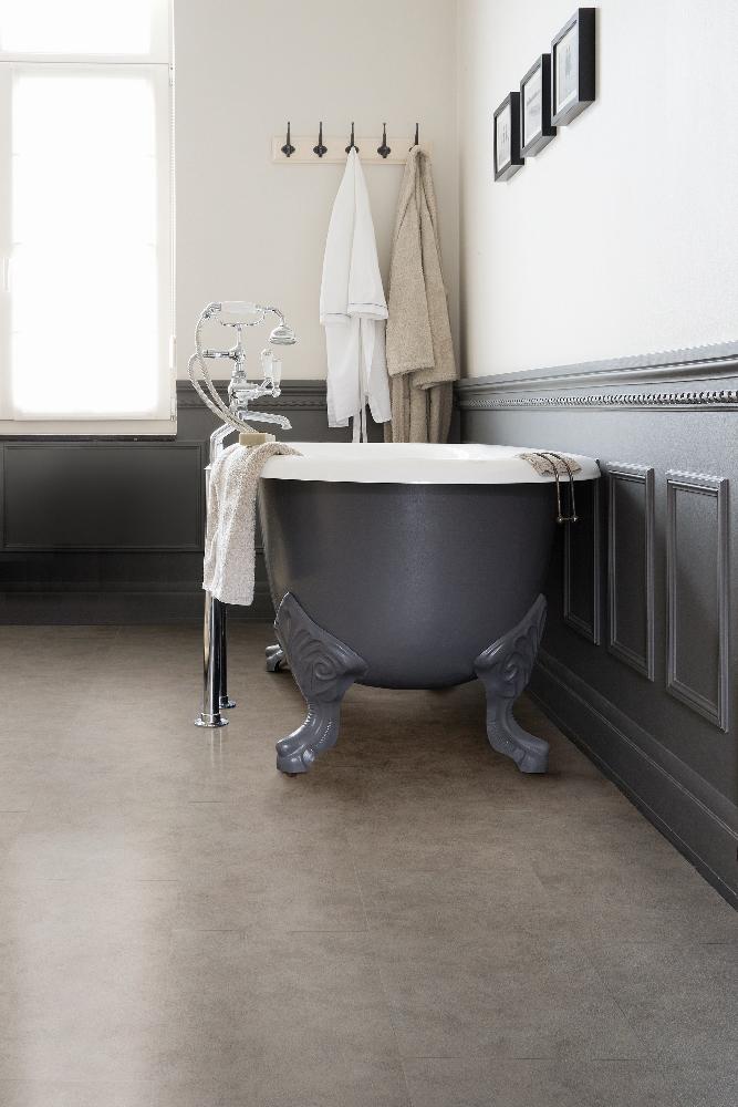 20170408&231330_Hippe Tegels Badkamer ~   vloer in de badkamer met natuursteen 'look'  beige tegels via Vi