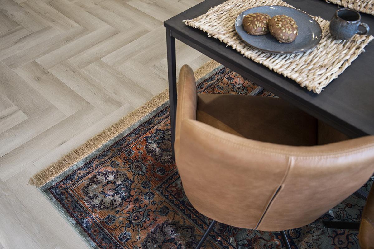 kunststof vloeren die als 'houten' visgraat gelegd kunnen worden. Ze zijn niet meer van echt te onderscheiden en dat maakt de keuzemogelijkheden enorm. Vivafloors heeft een PVC collectie met visgraat in vier kleuren met een natuurlijke en matte uitstraling. #vloer #houtlook #interieur #interieurtrends #vivafloors