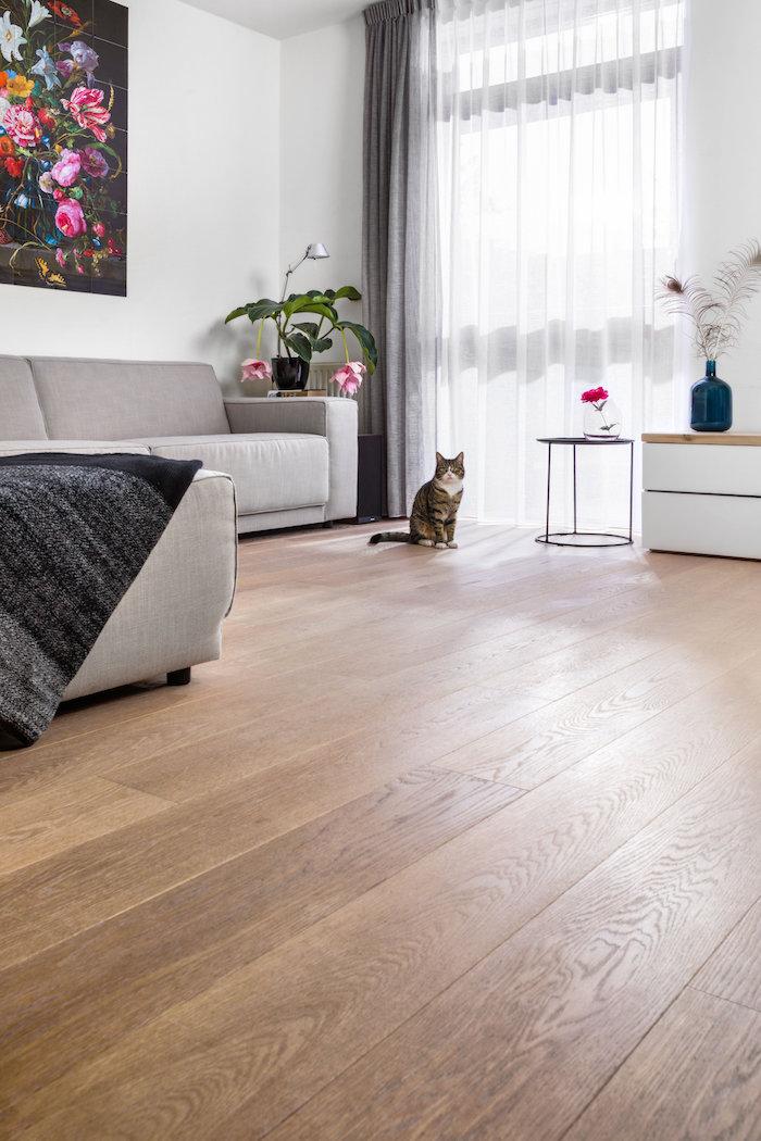 Een perfect beschermde, waterafstotende en gemakkelijk te onderhouden houten vloer met de nieuwste beschermende olie van Woca. #diamondoilactive #woca #houtenvloer #vloer #onderhoud
