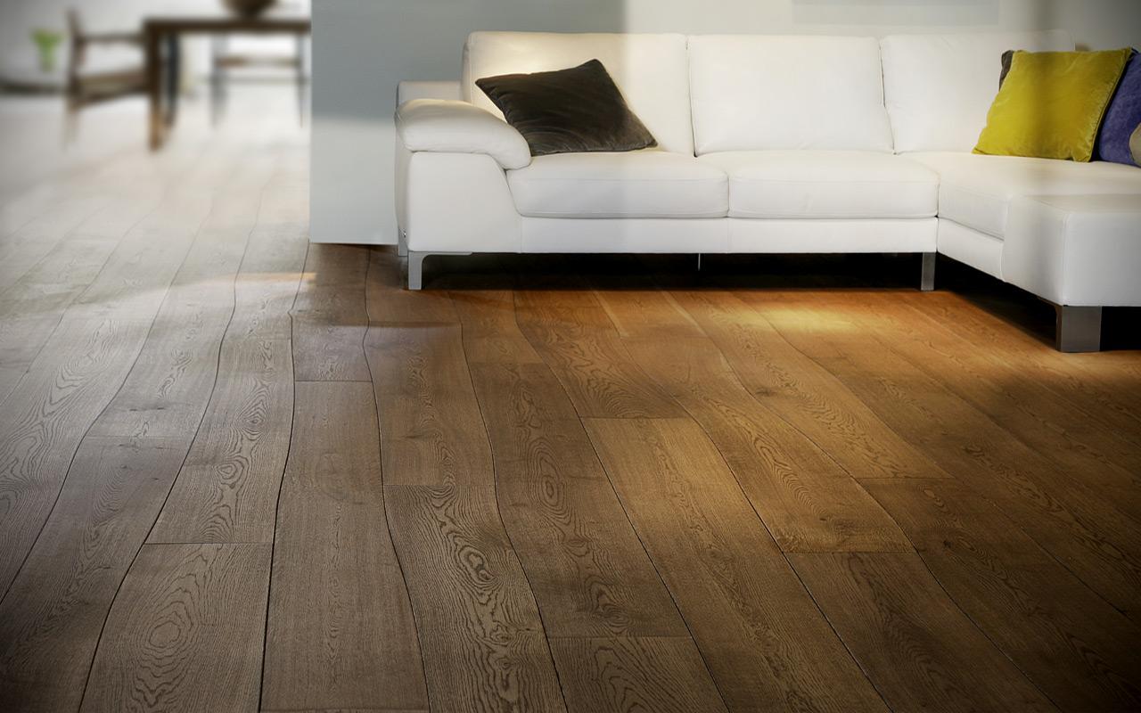 Houten vloer waarvan de planken de natuurlijke kromming van de boom volgen via Bolefloor