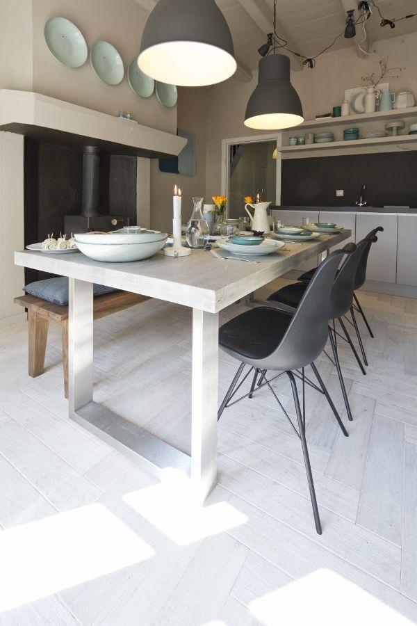 Verweerde houten plankenvloer in landelijke keuken - Driftwood Earth & Fire Atoll via Solidfloor