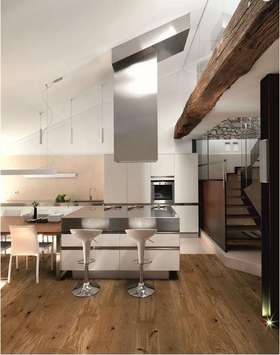 Een houten vloer in de keuken nieuws startpagina voor keuken idee n uw - Hout en witte keuken ...