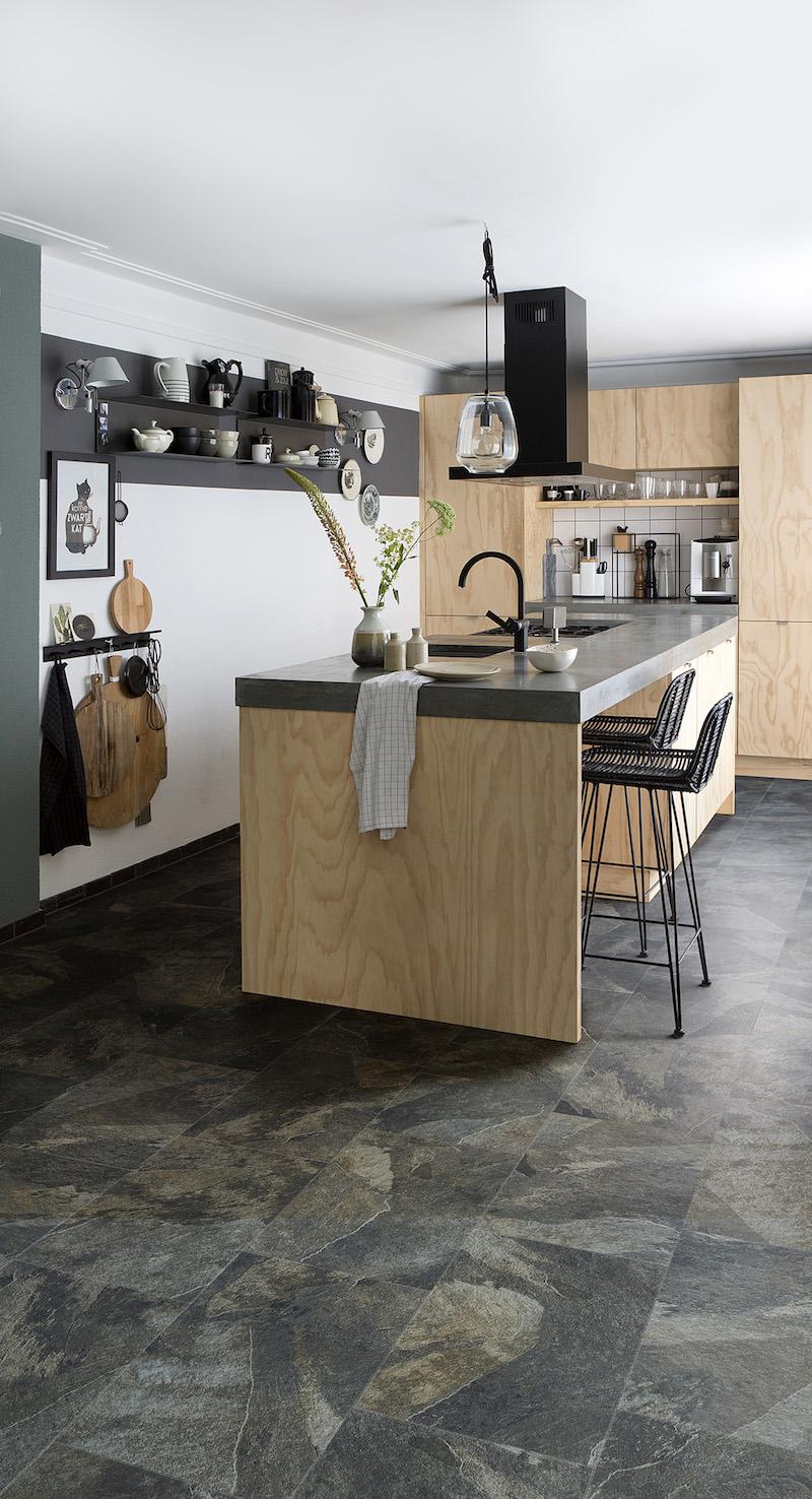 PVC vloer met natuursteen-look in de keuken. Mustang Slate van Moduleo #moduleo #vloer #pvc #pvcvloer #keukenvloer #natuursteen
