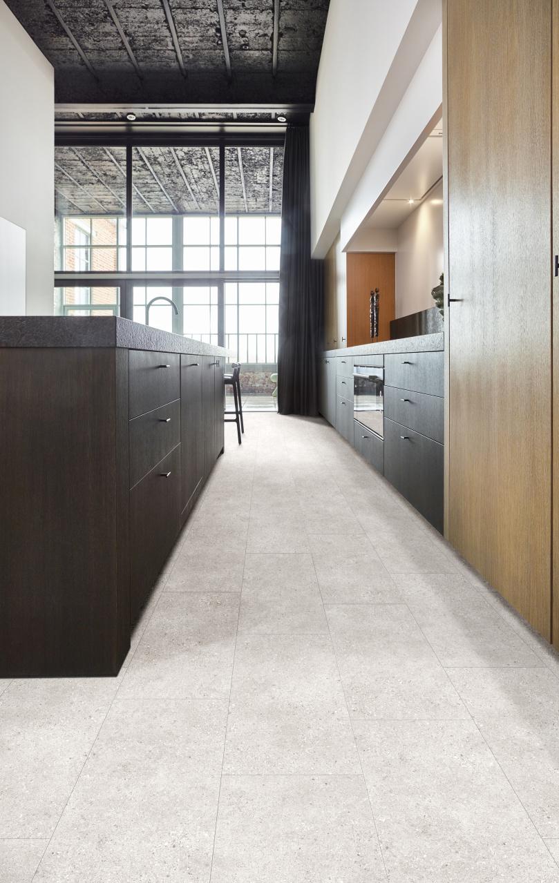 Keuken met PVC vloer met steen dessin. Onderhoudsvriendelijke en slijtvaste vloeren met natuurlijke steen look. De nieuwste dessins van Moduleo Select #keuken #keukeninspiratie #keukenidee #interieurinspiratie #vloer #pvc #pvcvloer #steen #keukenvloer #moduleo