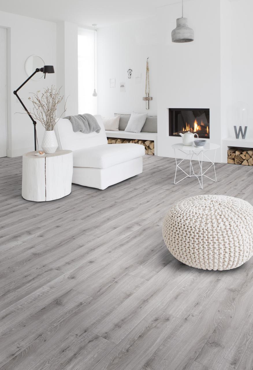 Woonkamer interieur met PVC vloer met hout dessin. Onderhoudsvriendelijke en slijtvaste vloeren met natuurlijke houtlook. De nieuwste dessins van Moduleo Select #interieur #interieurinspiratie #vloer #pvc #pvcvloer #houtenvloer #moduleo