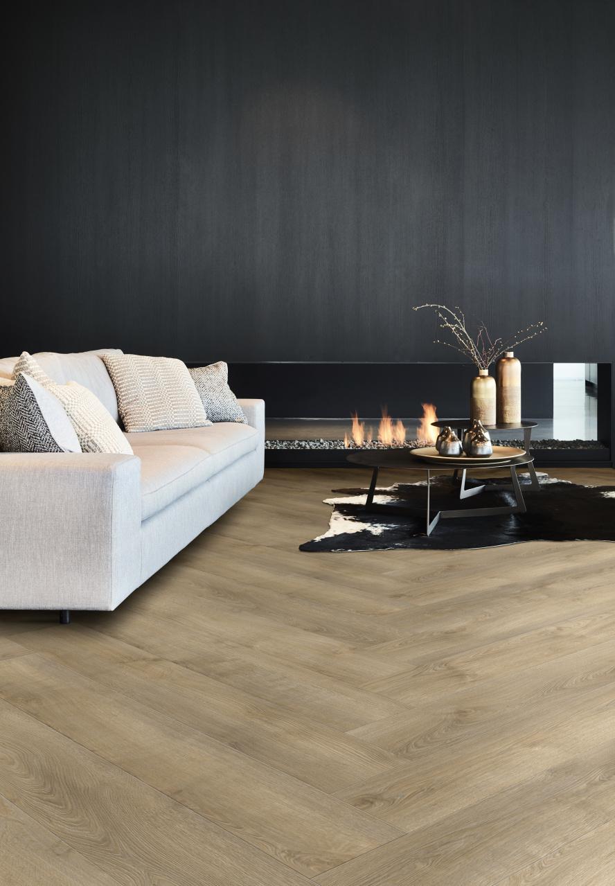 Woonkamer interieur met PVC vloer visgraat met hout dessin uit de Transform collectie van Moduleo #woonkamer #vloer #visgraat #pvc #pvcvloer #interieur #interieurinspiratie #moduleo