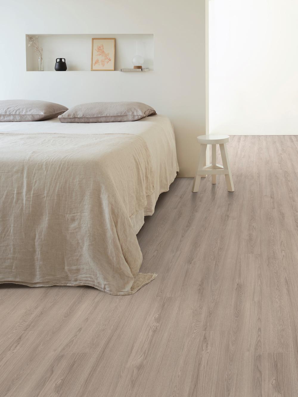 Maak van je slaapkamer en rustige ruimte om helemaal tot rust te komen #slaapkamer #inspiratie #rust #wit #vloer #moduleo