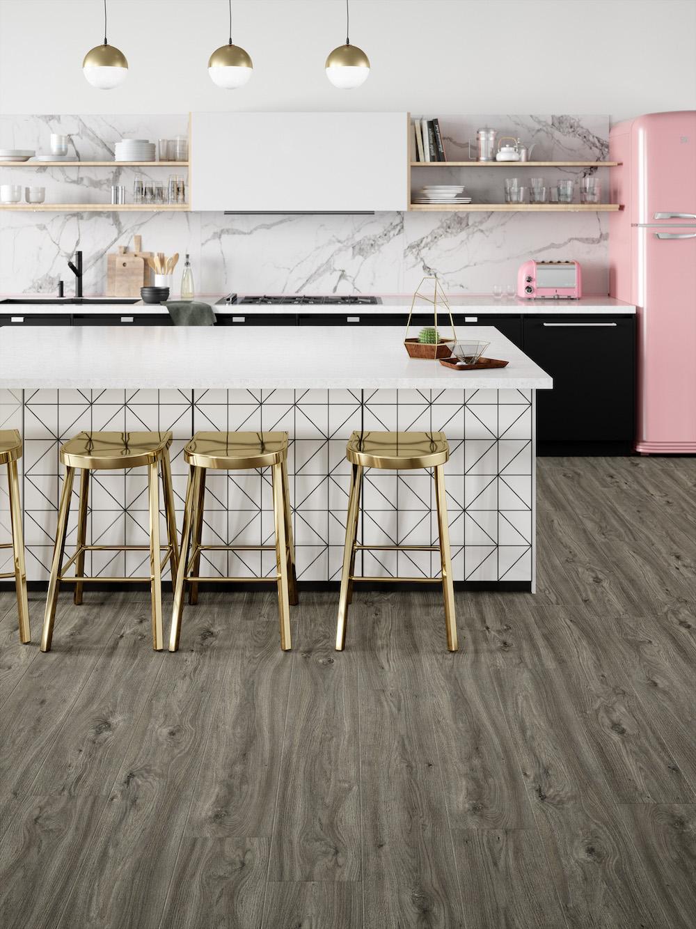 PVC vloer met houtlook met de uitstraling van een plankenvloer. Uit de natural Impressive floors collectie van Moduleo: Sierra Oak #moduleo #pvcvloer #pvc #interieur #houtlook #vloer #vloerentrends