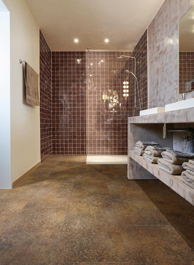 Bijzondere vloeren voor de badkamer: badkamervloer van PVC met stonelook - Moduleo Cantera #vloer #badkamer #badkamerinspiratie #badkamervloer #moduleo