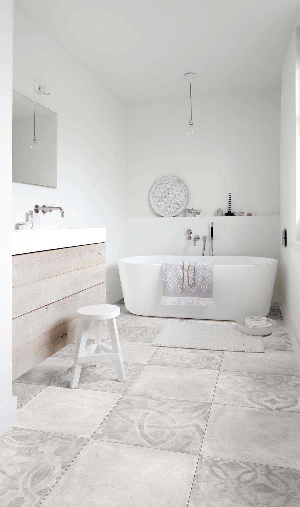 Bijzondere vloeren voor de badkamer: badkamervloer van PVC met stonelook - Moduleo Cementine #vloer #badkamer #badkamerinspiratie #badkamervloer #moduleo