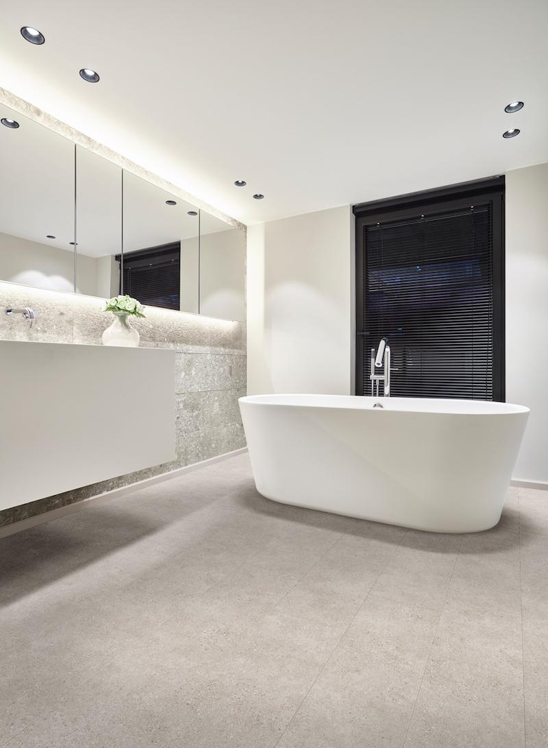 Bijzondere vloeren voor de badkamer: badkamervloer van PVC met stonelook - Moduleo Venetian Stone #vloer #badkamer #badkamerinspiratie #badkamervloer #moduleo