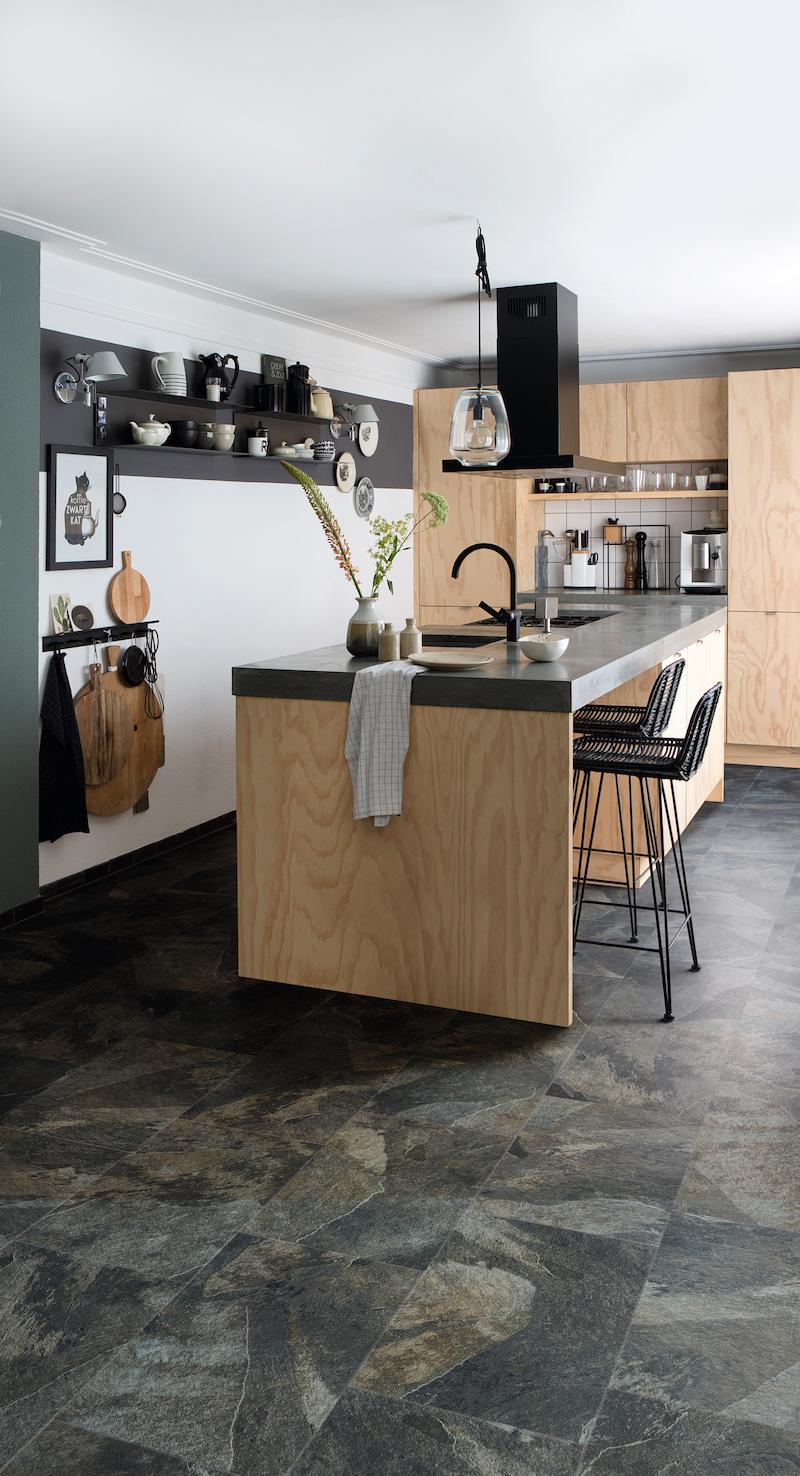 Houten keuken keukenvloer steendessin tegels. #keuken #keukenvloer #houtenkeuken #tegels #vinyl #moduleo