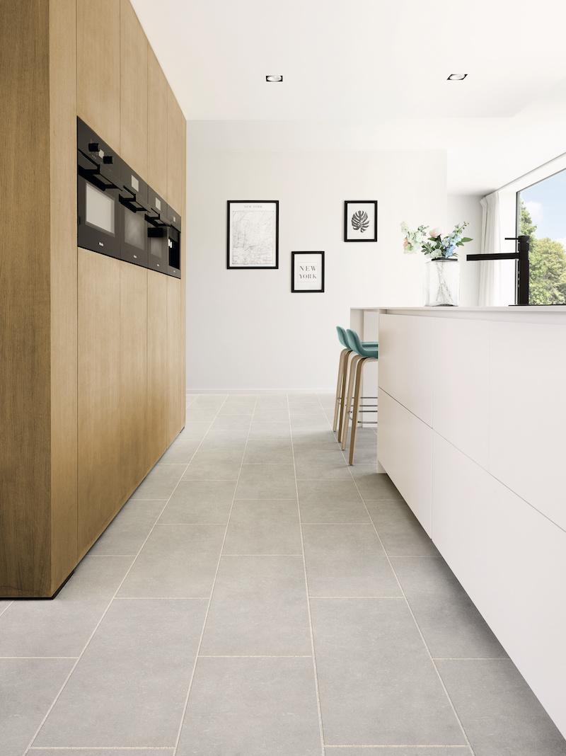 Witte keuken grijze keukenvloer steendessin tegels. #keuken #keukenvloer #wittekeuken #tegels #vinyl #moduleo