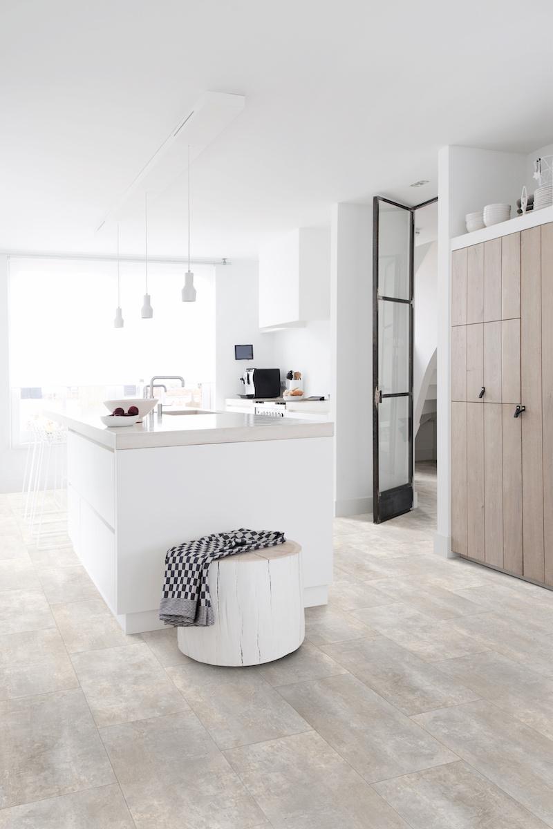 Keuken keukenvloer steendessin tegels. #keuken #vloer #keukenvloer #houtenkeuken #tegels #vinyl #moduleo