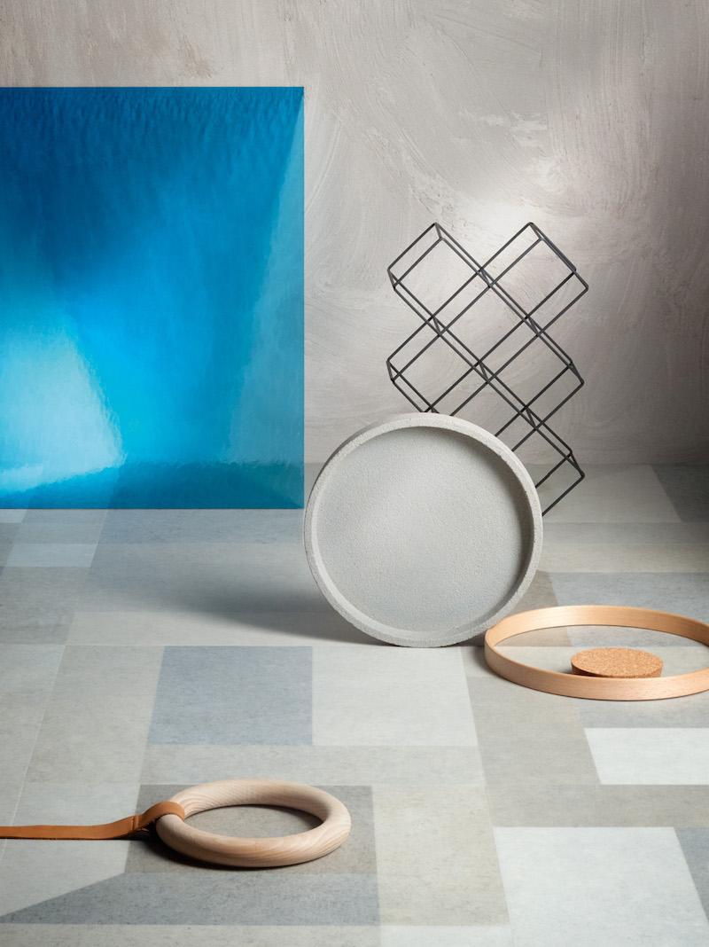 Moduleo PVC vloer Jumble Stone speelt in op de 3D-trend. Het 2D-ontwerp maskeert hier een 3D-structuur die de tegels een extra grafische dimensie bezorgt. De combinatie van het terugkerende ton-sur-ton met zachte pastelkleuren straalt gratie uit, met een moderne en minimalistische toets. #moduleo #vloer #pvcvloer #interieur #3d