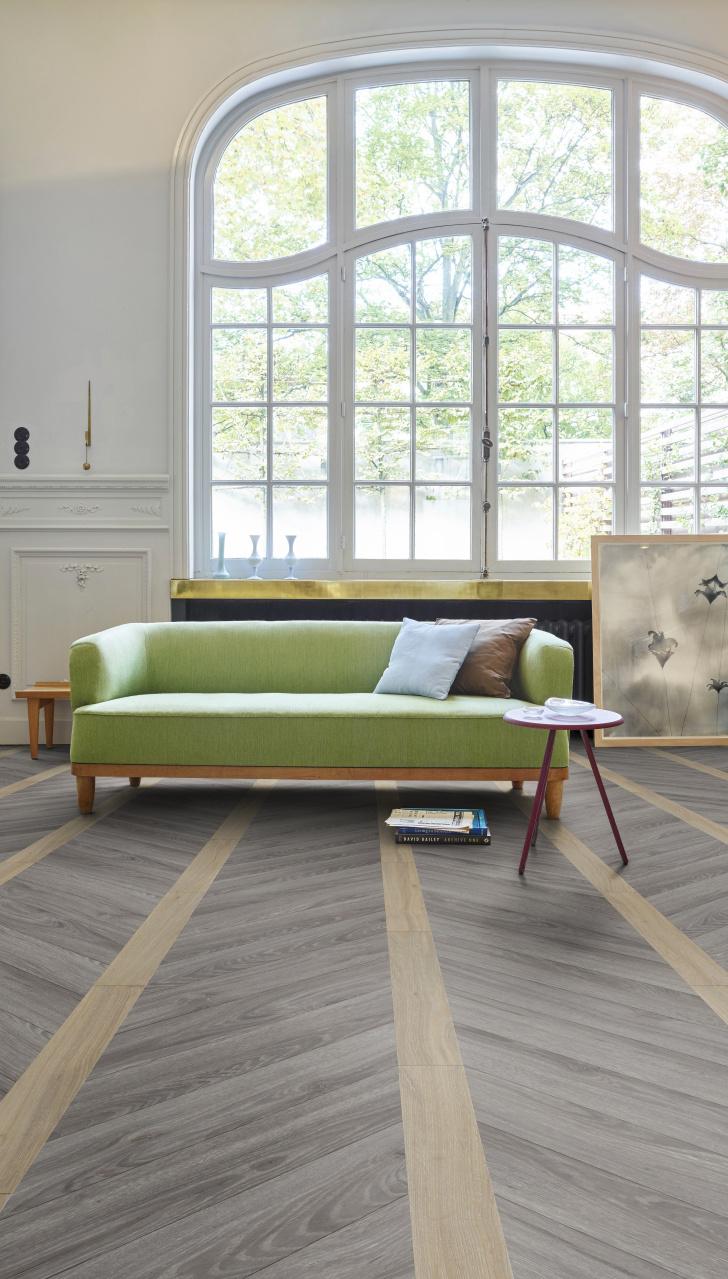 Interieur met vinyl vloer met grijze houtlook. Blackjack Oak van de Transform collectie van Moduleo