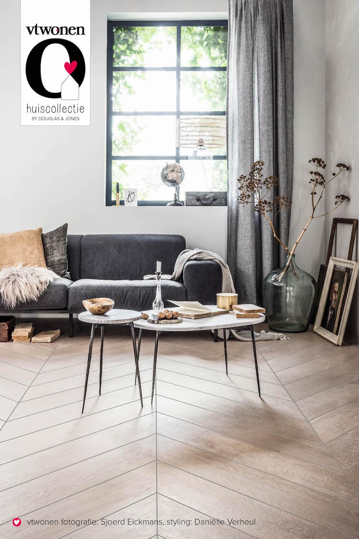 vtwonen in je huis met deze woodstone vtwonen tegels by Douglas & Jones. Prachtige tegels met houtlook, hier in visgraat patroon #vtwonen #tegels #vtwonentegels #vloer #douoglasjones #houtlook #houtenvloer #interieur Foto: Sjoerd Eickmans
