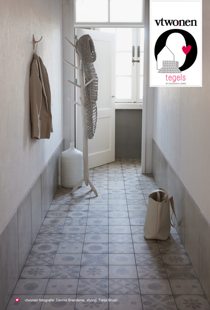 Interieur: hal met vloertegels van vtwonen bij Douglas & Jones serie Neo #interieur #vloer #vtwonen #tegels #vloertegels #douglasjones
