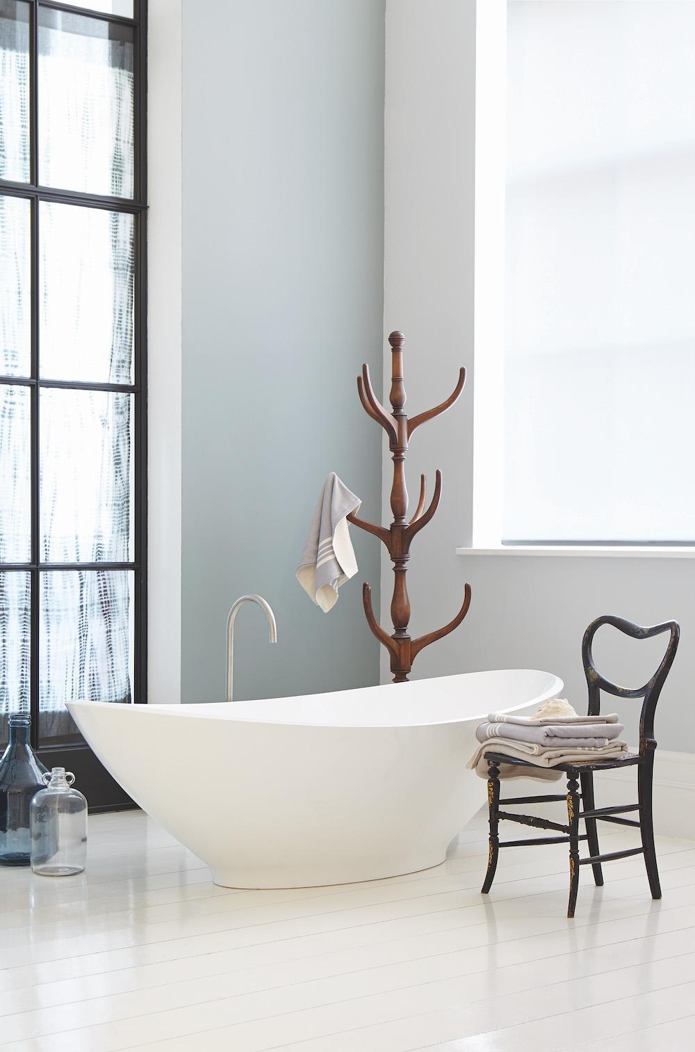 Kleur in de badkamer met pasteltinten. Verf Little Green #badkamer #kleur #inspiratie