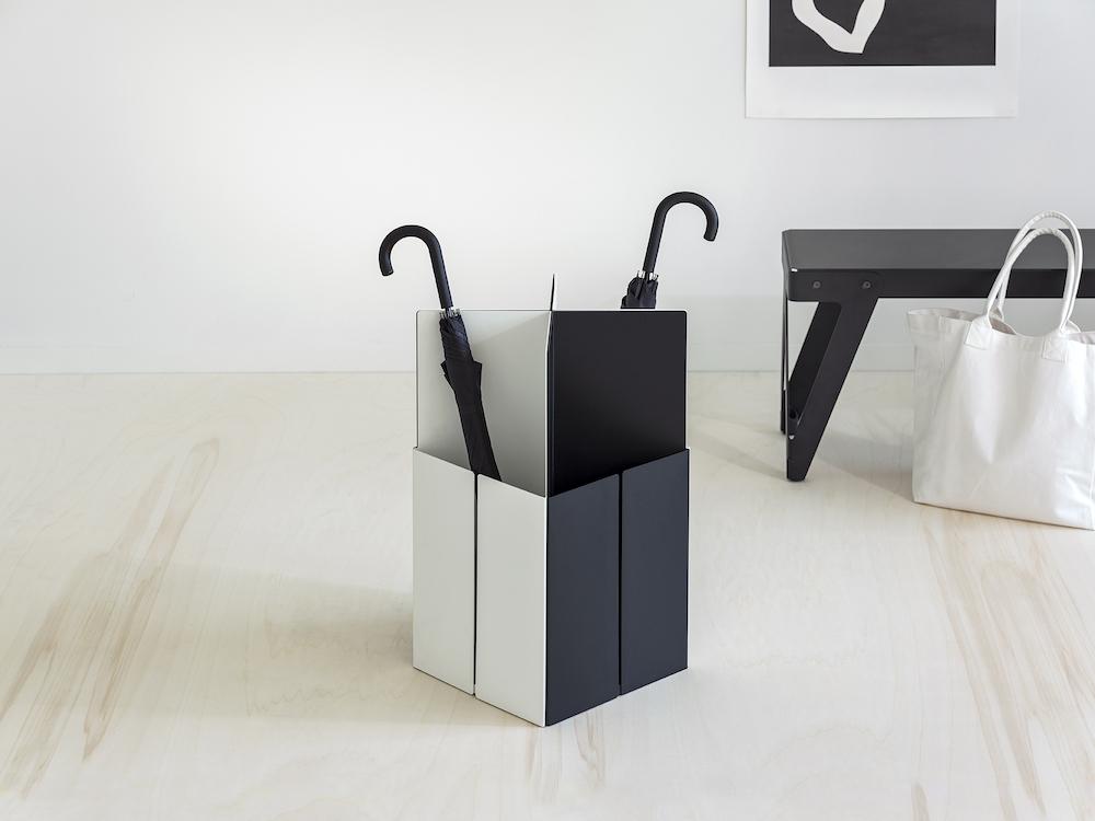 Opgeruimde hal en garderobe met de design parapluhouder Tangram van van esch #tangram #vanesch #parapluhouder #design #garderobe #interieur