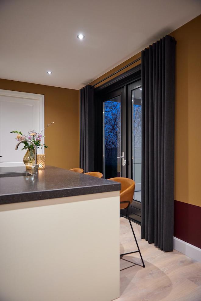 Eigentijdse woonkamer met een vleugje glamour